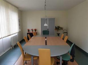 Dans le Parc Industriel de WAVRE , magnifique petit bureau d'une superficie de 21 m² sis au rez-de-chaussée avec sanitaires , salle de con