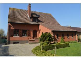Beschrijving lot 1: Charmante villa op 12a 09ca met mooi aangelegde tuin, bijgebouwen en een bewoonbare opp. van 390m².  Uitermate rustig gelegen