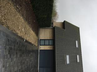 Openbare verkoop half open gezinswoning<br /> Deze half open gezinswoning met oprit en tuin is gelegen in een rustige wijk in Oostakker en heeft een h