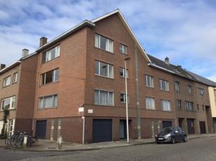 Gebouw bestaande uit 3 appartementen met garages en kelders<br /> LOT 1: gemoderniseerd appartement A1 op 1ste verdieping met inkomhal, keuken, eet- e