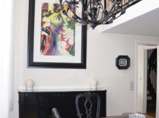 Lappartement est entièrement meublé dans un style luxueux avec un revêtement de sol en parquet et carrelage dans la cuisine et la