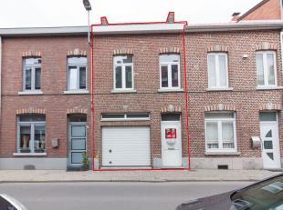 Gunstig gelegen rijwoning in het centrum van Sint-Truiden met garage. Omvattende op het gelijkvloers: een gang met trap naar de verdieping, een garage
