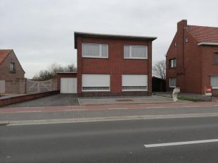 WONING MET VERANDA EN GARAGE<br /> Deze ruime woning op een totale oppervlakte van 653 m² bestaat uit: een inkomhal, een ruime woonkamer, een vol