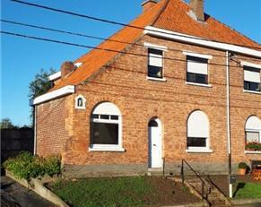TE RENOVEREN HALFOPEN BEBOUWING MET ZONGERICHTE TUIN<br /> Deze woning ( opp. 7a27ca) heeft veel potentieel en is gelegen aan de rand van het dorp.<br