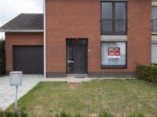 Rustig gelegen instapklare halfopen bebouwing met garage en tuin.<br /> Bestaande uit o.m.: inkom, leefruimte, keuken, garage, kelder, veranda, badkam