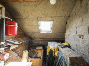 Ruime en centraal gelegen woning (GB) met stadstuintje.<br />  Gelijkvloers: gang met trap, living-salon (met open haard), keuken, WC, berging met lig