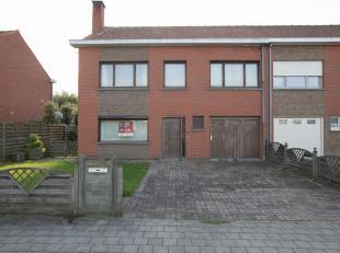 WONING MET GARAGE EN TUIN<br /> Driegevelwoning met garage en tuin bestaande uit op het gelijkvloers: living-eetplaats met open haard; keuken te insta