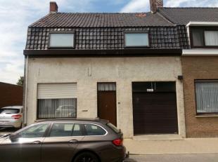Gelijkvloers: hall, leefruimte, keuken, kelder en garage. Voute: badkamer. Veranda, berging, toilet en 4 kamertjes op de dakverdieping. Tuin. EPC: 613