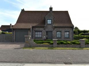RUIME ALLEENSTAANDE WONING<br /> Instapklare alleenstaande woning met garage en tuin. Op het gelijkvloers treft men een ruime living, eetkamer, een vo