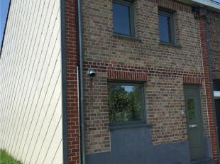 Een volledige gerenoveerde woning gelegen in een rustige straat te Rekkem. De woning bevat op het gelijkvloers een hall, leefruimte met nieuwe open ke