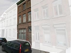 Bestaande uit: gelijkvloers; leefruimte met kitchenette, slaapkamer, badkamer en toilet, eerste verdieping; leefruimte en slaapkamer, tweede verdiepin