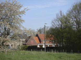 UITZONDERLIJK MOOI GELEGEN HOEVE MET BOOMGAARD<br /> Landelijk gelegen te renoveren hoeve, met binnenkoer en  boomgaard,  met een oppervlakte van 1400