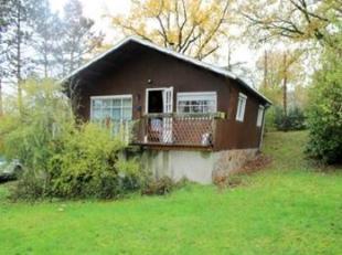 Un chalet avec jardin et garage. Rez: séj. (22 m²), cuis., s.d.b. (w.-c., lav., baign.), chbre (11 m²). Sous-sol: gar., réserv