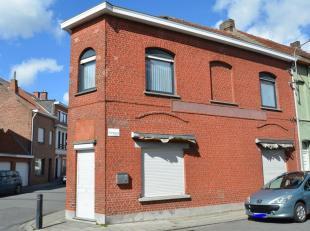 HOEKWONING<br /> Opp. 90 m², KI euro 507.<br /> EPC 434 kWh/m².<br /> Glvl.: vroegere buurtwinkel met (koel)toonbank, winkelrekken nog<br />