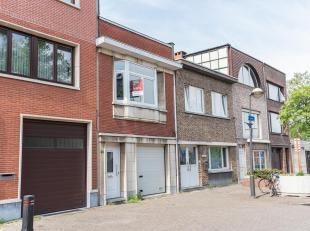 Op te frissen eengezinswoning in het centrum van Mortsel.  Ondergronds:  droge kelder.  Gelijkvloers:  garage, gang, 2 slaapkamers, badkamer, tuin.  E
