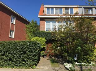 Eengezinswoning met tuin<br /> Instapklare, gunstig gelegen en grotendeels gerenoveerde woning, type half open bebouwing.<br /> Ondergronds:  deels on