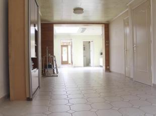 Gezond woonhuis met tuin<br /> Gezond woonhuis met tuin, bestaande uit een waterdichte kelder ; op de gelijksvloer : een inkom hall, een living (salon