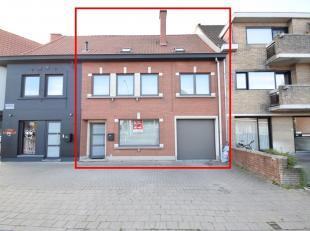 INSTAPKLARE WONING MET GARAGE<br /> Deze instapklare woning is gunstig gelegen langs een belangrijke invalsweg dichtbij het centrum van Roeselare. Dez
