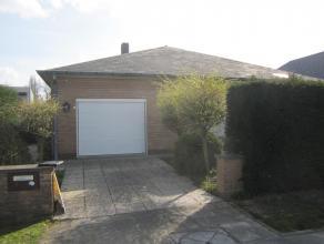 Goed onderhouden alleenstaande woning met garage en zuidelijk georiënteerde tuin, gelegen op het einde van een doodlopende straat.<br /> Omvatten