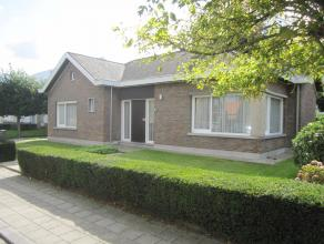Goed onderhouden woning met garage en zuidgerichte tuin omvattende: hall, living, keuken, 2 kelders, badkamer met ligbad, 2 slaapkamers, CV op gas.<br