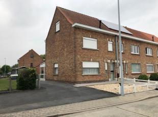 Halfopen bebouwing bestaande uit: inkom, living, 3 slaapkamers, zolderkamer, berging, kelder, keuken, achterkeuken, toilet, veranda en garage. Verwarm