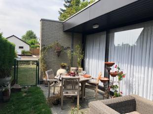 Instapklare woning op een perceel van 514m², open bebouwing.<br /> Bestaande uit hall, living met zithoek en eetkamer, recent ingerichte keuken m
