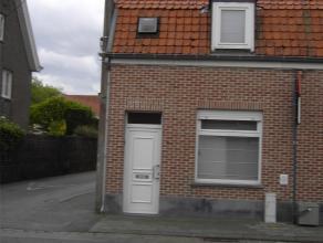 Woning met garage:<br /> Gelijkvloers: - Inkom - Living - salon (nieuwe vloer) - Keuken - Badkamer (vernieuwd) met ligbad lavabo en wc -Berging met ka