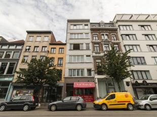 Een goed gelegen appartement op de 3de verdieping in het centrum van Antwerpen. Met als indeling : grote living met parketvloeren en zicht op de Paard