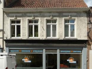 Handelspand met woongelegenheid gelegen in het centrum van Brugge.<br /> Deze eigendom bestaat uit; op het gelijkvloers een grote handelsruimte en op