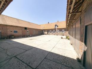 Deze unieke vierkantshoeve met bijgebouwen is in prachtige, goed onderhouden staat en uiterst rustig gelegen in het landelijke Nieuwkerke. De hoeve be