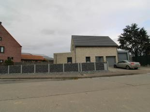 LANDELIJKE OPEN BEBOUWING<br /> Landelijke open bebouwing, gelegen te Zottegem (Leeuwergem).<br /> Het is een recente woning met 2 garages, ruime livi