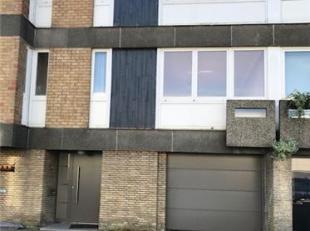 Centraal gelegen en goed onderhouden rijwoning bestaande uit: op het gelijkvloers: een inkom met tegelvloer, een ruime garage, een berging onder de tr
