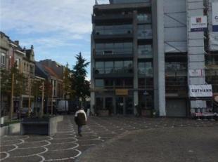 Exclusief en luxueus appartement, gelegen in het centrum van Roeselare, met een uniek zicht op de grote markt vanop de 4de verdieping. Opp.: 275m&sup2