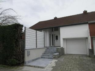Belle maison avec jardin comprenant: hall d'entrée, cuisine équipée, salon-salle à manger, véranda, jardin, garage;