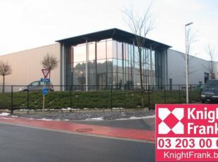 Dit moderne bedrijfsgebouw is gelegen aan het klaverblad van Lummen (E313 en E314) en bestaat uit 1.150 m² magazijnruimte en 350 m² kantoren