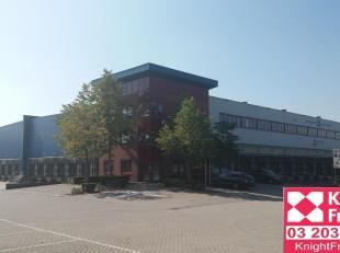 logistieke hallen van 2.700m² waarbij in totaal nog 8.000m² beschikbaar is en voldoende kantoren en sociale ruimten.  Magazijnruimte te huur
