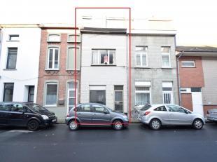 TE RENOVEREN RIJWONING MET 4 SLPKS & STADSTUINTJE<br /> Een rijwoning gelegen in de Wilgestraat (wijk Rabot).<br /> De woning bestaat op het gelij