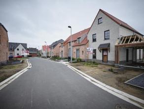 Nieuwe woonbuurt met landelijke gezinswoningen, halfopen of gesloten, gelegen te Lichtervelde, Nieuwe Veldstraat, 3 of 4 slaapkamers, in het centrum;<