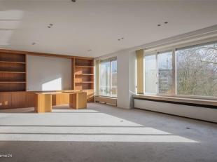 ANTWERPEN - Stadspark: Superb, luxueus ingericht appartement van ca 220m² met 2 slaapkamers en 2 badkamers. Autostaanplaats mogelijk.<br /> BESCH