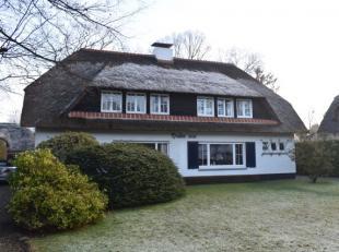 Half open villa gesitueerd in Ekeren Donk. Deze villa is volledig gemeubeld. De woning is voorzien van een lichte woonkamer met eethoek, een afzonderl