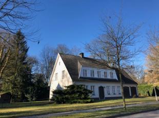 Deze statige villa is gelegen een kindvriendelijke, rustige straat te Hoogboom, op een perceel van 1110 m2.  Indeling : Glvl:inkomhal, toilet, bureel,