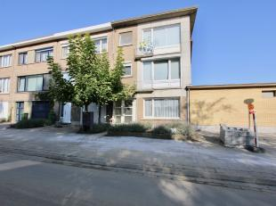 Zeer goed gelegen gelijkvloers appartement in een klein gebouw bestaande uit: inkomhal met apart toilet, living, keuken, berging, 1 slaapkamer, terras