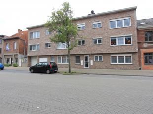 In het centrum gelegen gelijkvloers appartement bestaande uit: inkomhal met ingemaakte kasten, L-vormige living met open geïnstalleerde keuken me