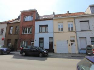 Instapklare stadswoning op een rustige locatie bestaande uit: inkom met apart toilet en plaats voor een fiets, ingerichte keuken, leefruimte met veran