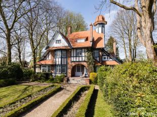 Cottage te midden van een ruim beboomde tuin van architect J. Hayaert 1912. Het pittoresk effect wordt bekomen het traditionele materiaalgebruik, spee