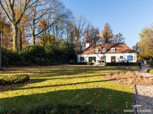 Deze totaal gerenoveerde en instapklare villa met tijdloos karakter is statig ingeplant op een ruim en vrij open perceel van 2.944 m² in een bosr