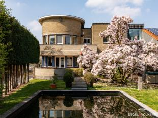 Deze centraal gelegen interbellum villa met donkere geglazuurde tegels bevindt zich op een topligging te Gent. De woning, met een bruikbare vloeropper