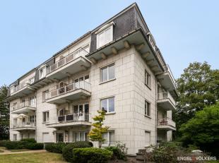 Dit ruim appartement bevindt zich op de eerste verdieping van deze statige uit vier bouwlagen bestaande villaresidentie. Het is strategisch gelegen en