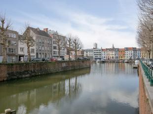 Deze leuke, instapklare woning met vier slaapkamers is gelegen nabij de nieuwe jachthaven van Gent en op 10 min. van het historisch centrum. De woning