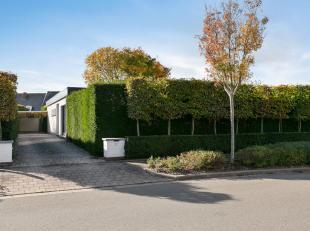 Deze recent volledig gerenoveerde en uiterst smaakvol ingerichte bungalow is rustig gelegen op een perceel van 692m² nabij Evergem centrum. De wo